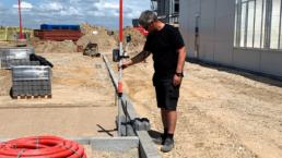 Mand der måler på byggepladsen