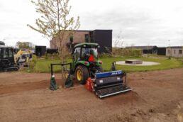 Traktor på kommende blomstereng