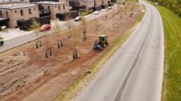 Traktor kører på kommende blomstereng